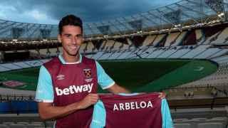 Álvaro Arbeloa posa con la camiseta del West Ham.