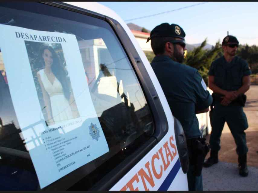 Cartel de Diana Quer en uno de los coches de Protección Civil desplegados en el operativo.