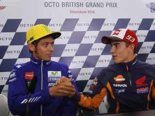 Márquez y Rossi se dan la mano durante la conferencia de prensa del GP de Gran Bretaña.