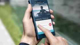 La nueva funda transparente de Sony nos deja utilizar el móvil sin perder protección