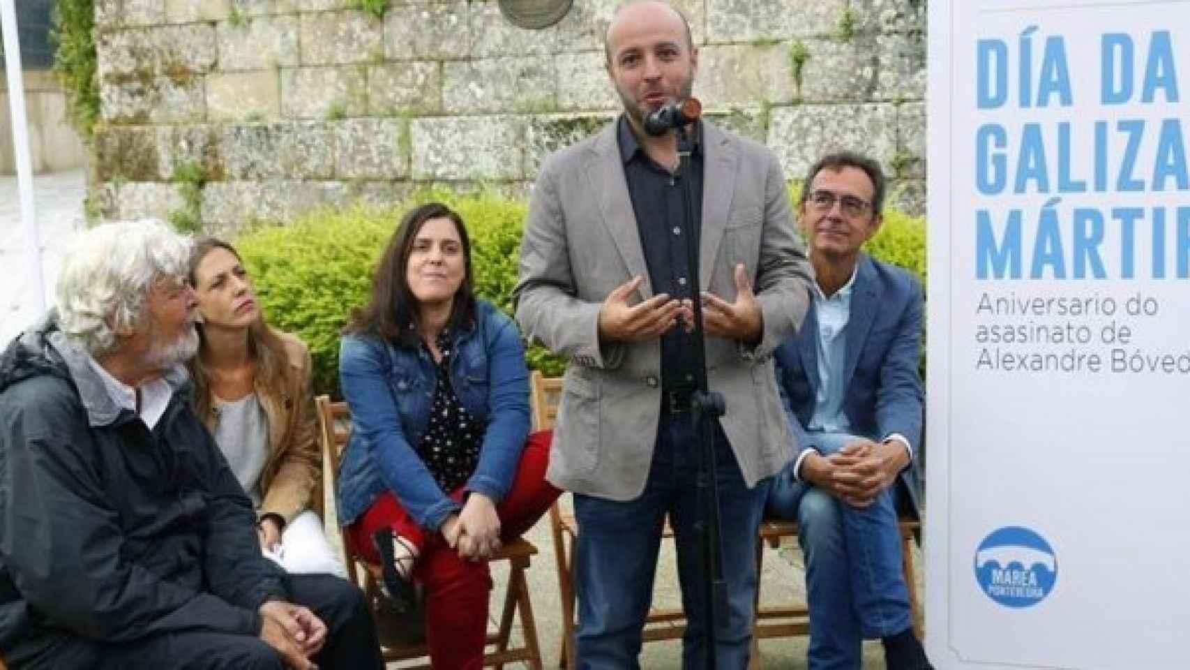 Beiras, referente del nacionalismo gallego, escucha a Luis Villares en un mitin