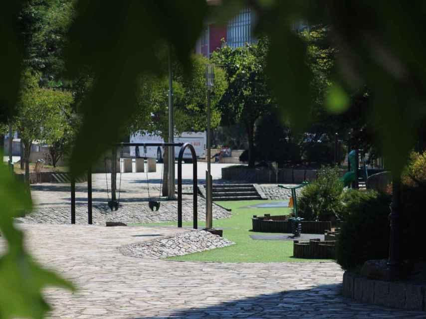 Parque en el que se reúnen los jóvenes en las fiestas de A Pobra.