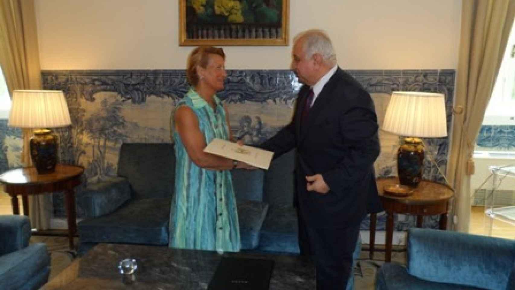 La secretaria general de Exteriores portuguesa y el embajador iraquí en Lisboa.