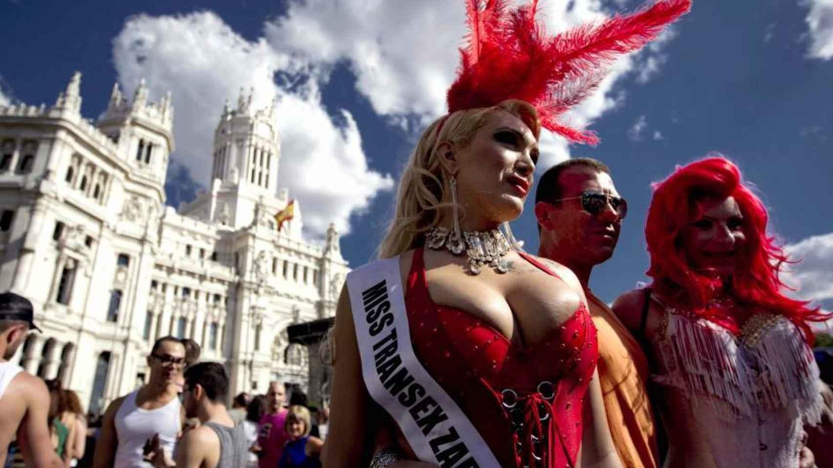 Dos mujeres transexuales, en la Plaza de Cibeles durante el Orgullo Gay en Madrid.