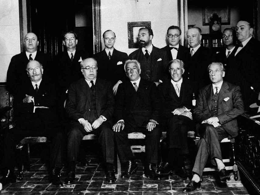 El presidente de la República Alcalá Zamora posa con el primer gobierno presidido por Azaña.