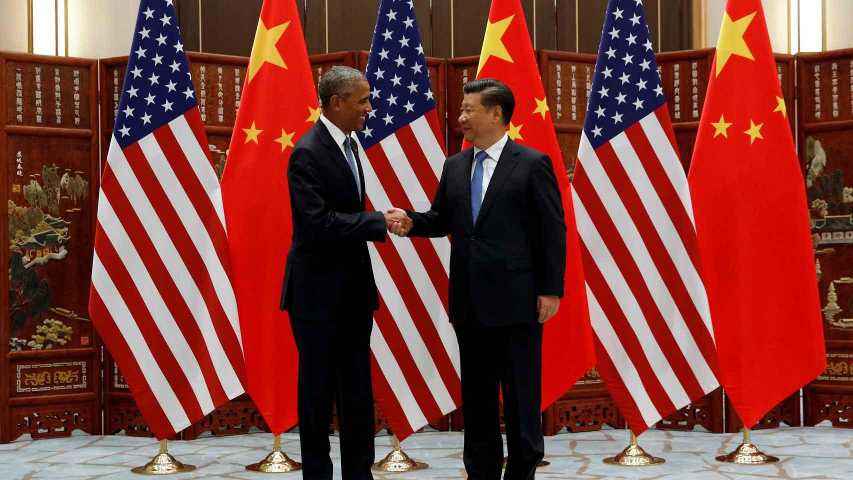 El presidente de EEUU, Barack Obama, y su homólogo chino, Xi Jinping, se estrechan la mano tras anunciar su ratificación del pacto de París.
