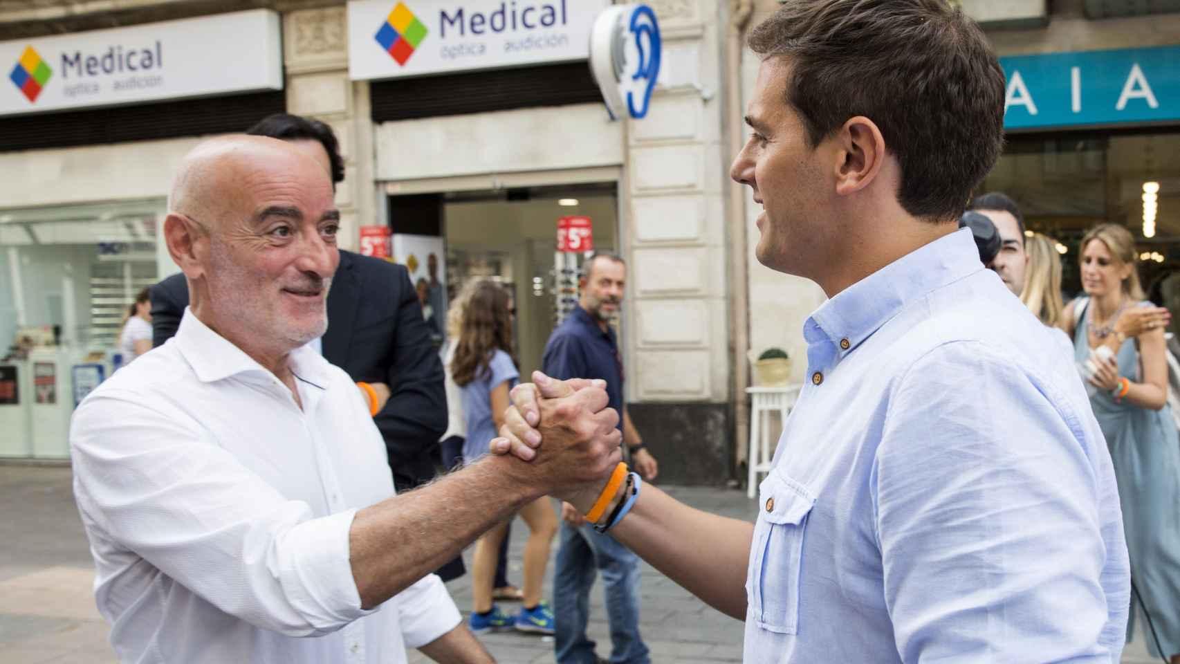Albert Rivera saluda a Nicolás de Miguel, candidato de C's en el País Vasco.