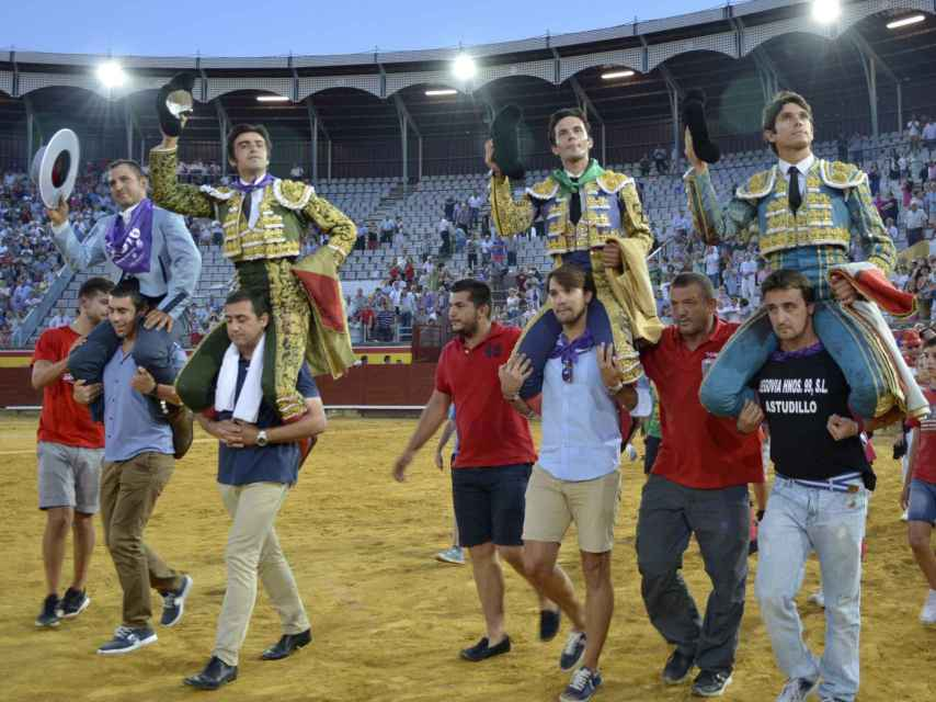 Perera, del Álamo y Castella salen por la puerta grande junto al mayoral.