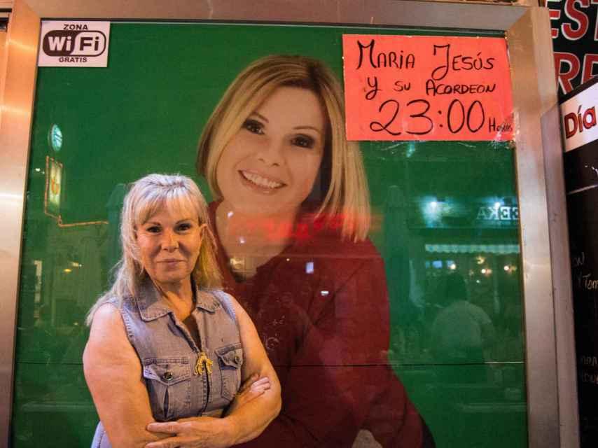 María Jesús junto al cartel de su espectáculo en Benidorm