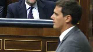 Rivera pasa frente a Rajoy en la votación del último pleno de investidura.