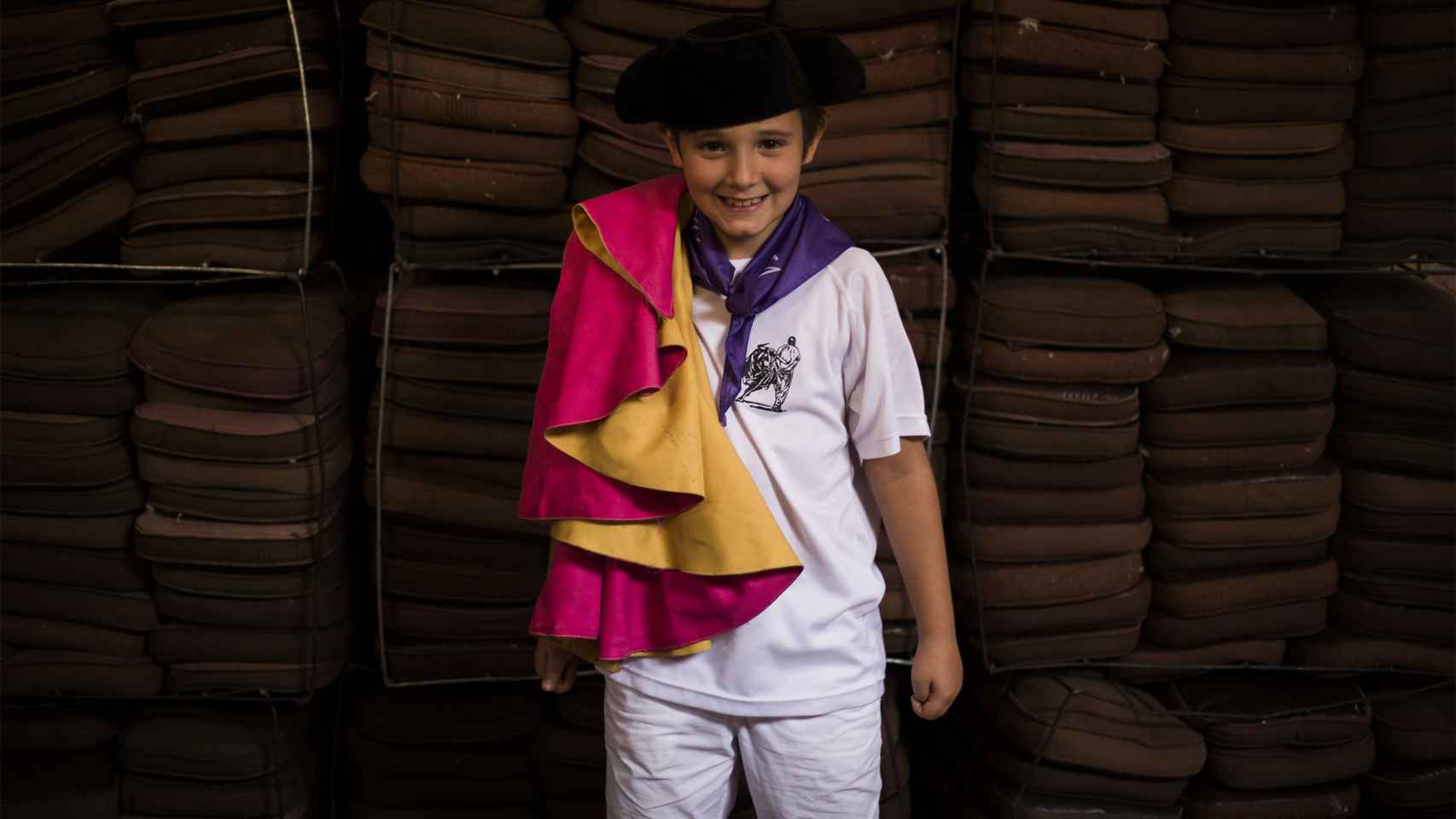 Niño preparado para homenajear a Víctor Barrio. / Pablo Cobos