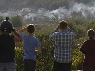 Vecinos observan la evolución del incendio forestal en la zona de Villes del Vent, Benitatxell.