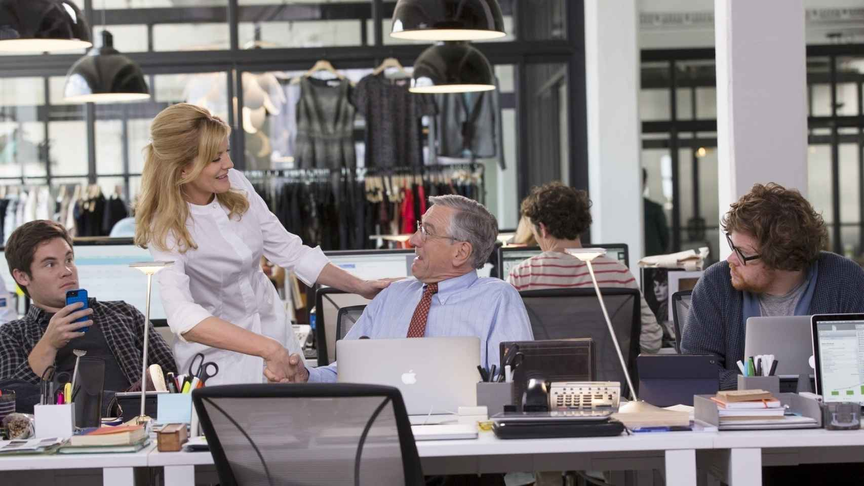 Escena de la película El Becario, protagonizada por Robert de Niro y Anne Hathaway.