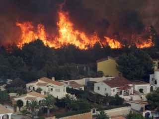 Las llamas, a las puertas de unas casas de Benitatxell.