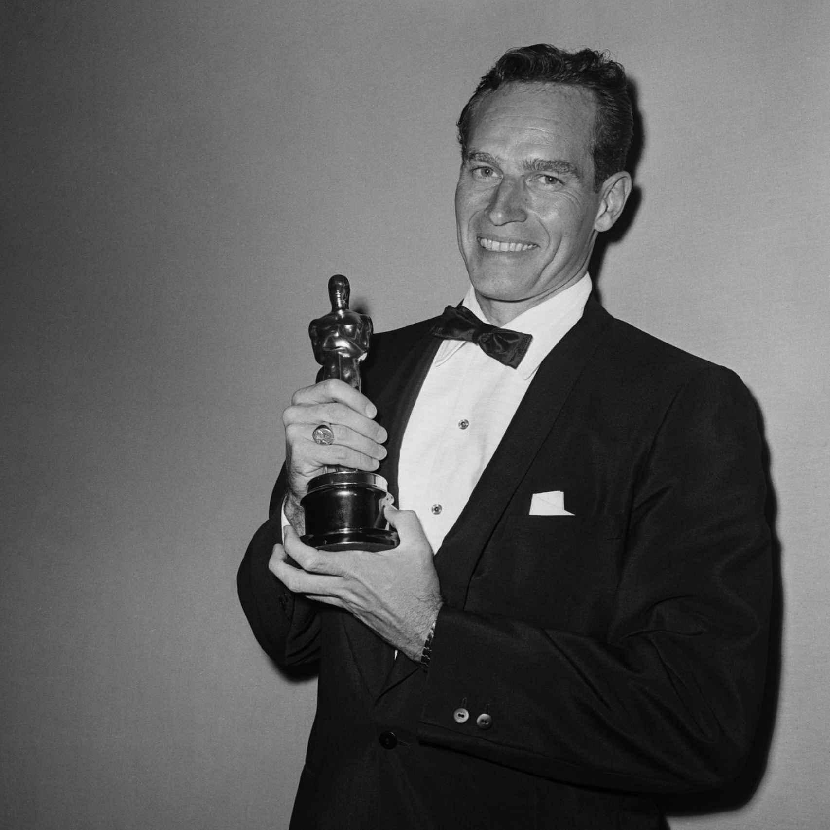Charlton Heston con el Óscar entre sus manos