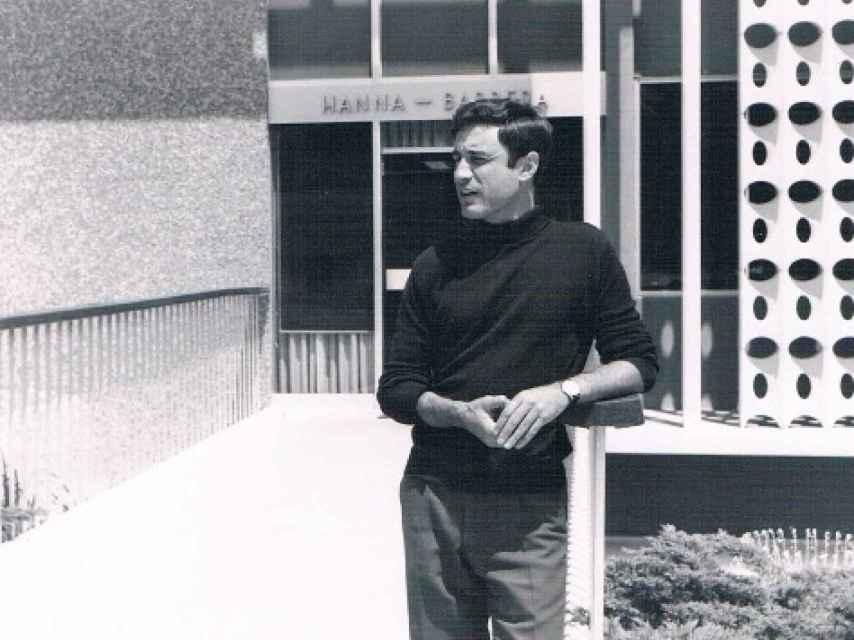 Carlos Alfonso en la puerta de los estudios de Hanna Barbera.