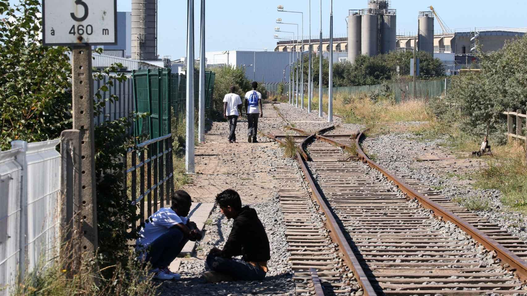 Dos jóvenes migrantes en Calais, Francia.