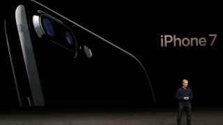 Tim Cook presenta su nuevo iPhone.