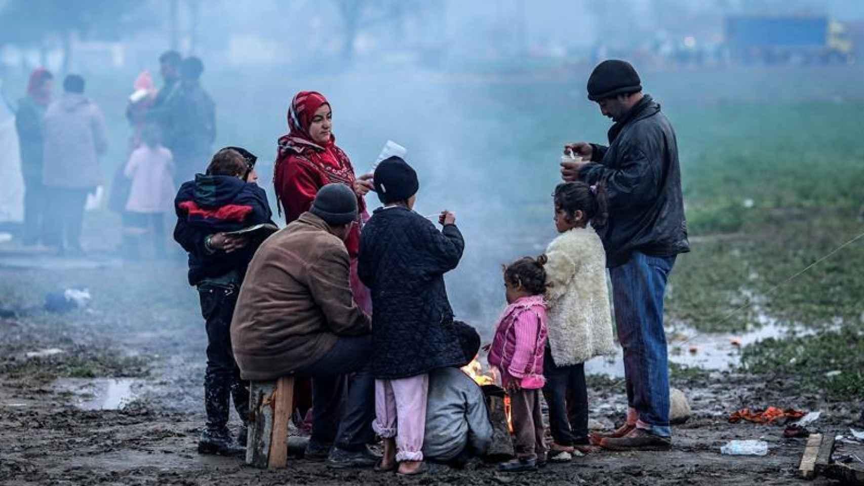 Familia de refugiados en un campo de acogida en Grecia.