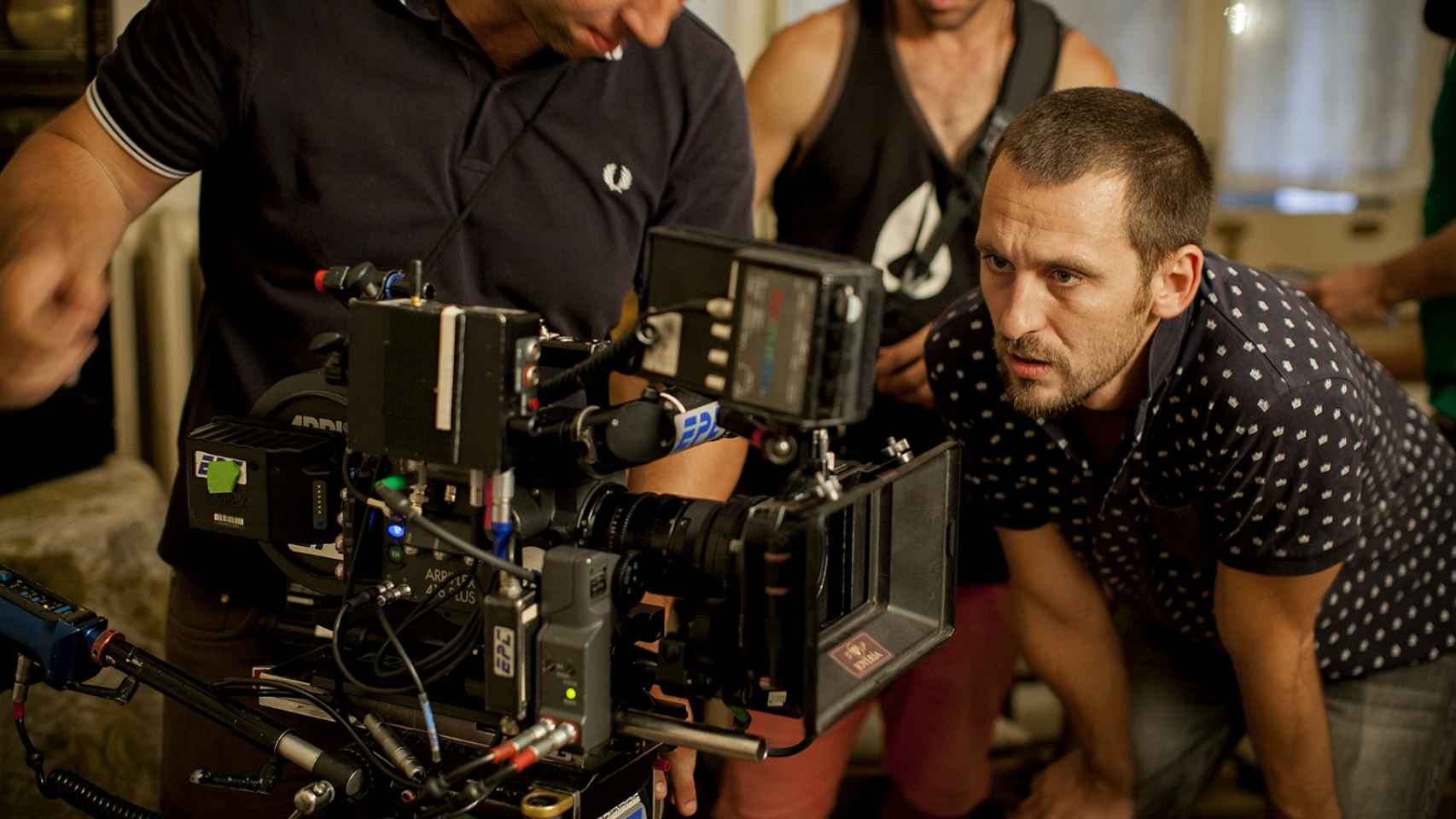 Raúl Arévalo en pleno rodaje de Tarde para la ira.