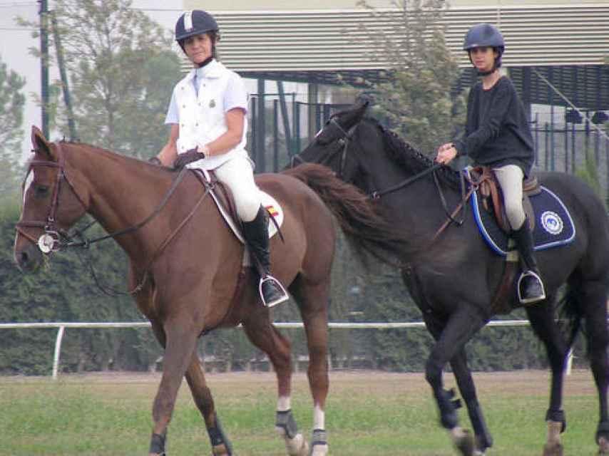 Victoria Federica y su madre montando a caballo.