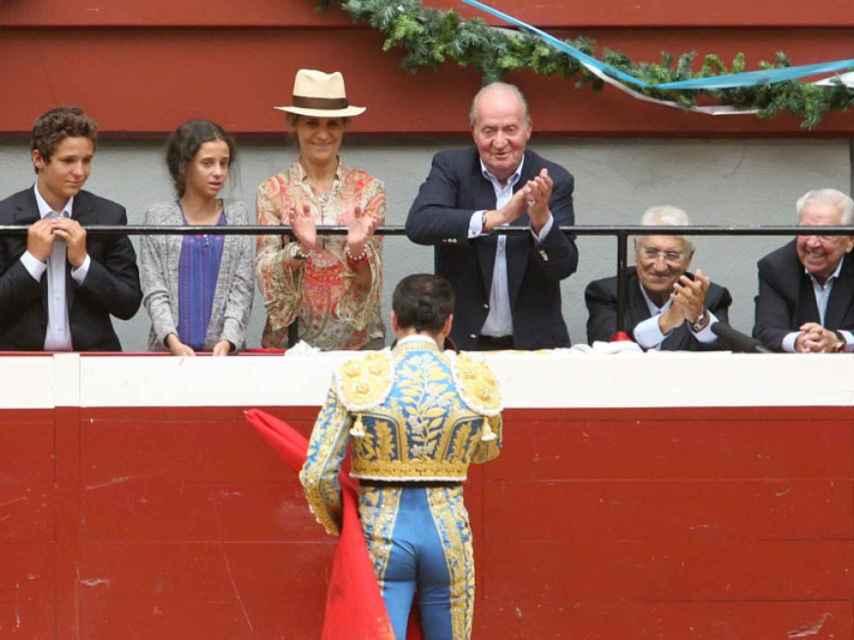 Victoria Federica emocionada en la plaza junto a su familia.