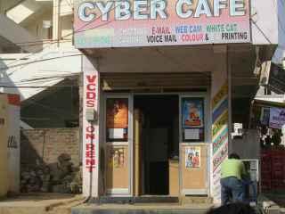 Imagen de un cibercafé de la India.