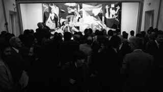El Guernica el día de su presentación al público, en el Casón del Buen Retiro.
