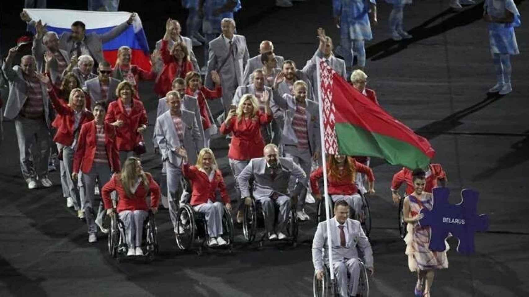 La delegación de Bielorrusia, al fondo integrantes con la bandera de Rusia.