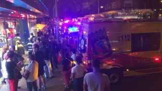 Los servicios de emergencias en la calle de Bravo Murillo donde ha ocurrido el suceso.
