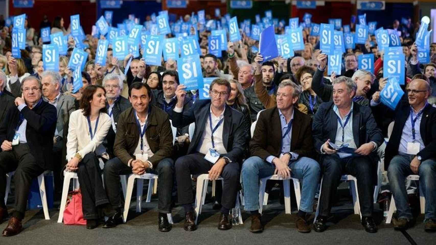 Feijóo arropado por líderes nacionales del PP en las elecciones autonómicas de 2016.