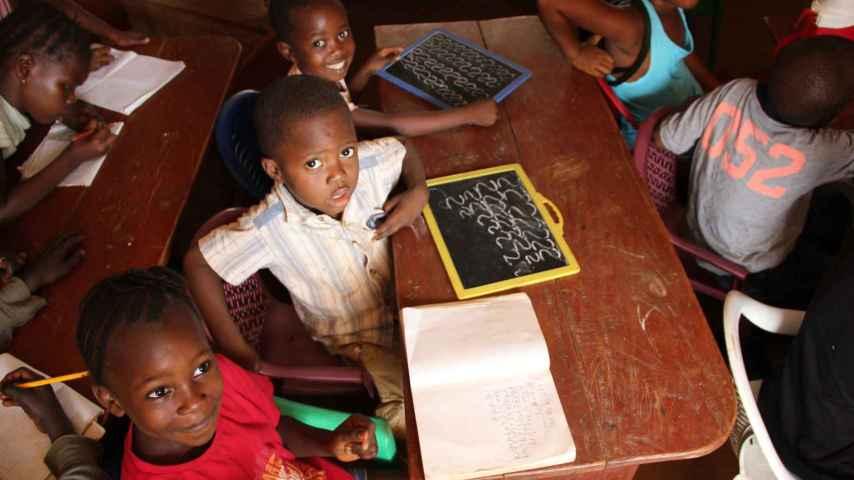 Niños de Sierra Leona que pueden ir a la escuela gracias a la labor humanitaria.