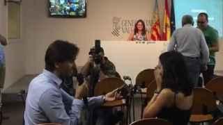 El periodista Dani Valero pidiendo matrimonio a su novia en la rueda de prensa.