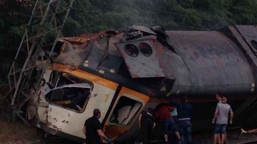 Al menos dos muertos tras descarrilar un tren en Porriño (Galicia)