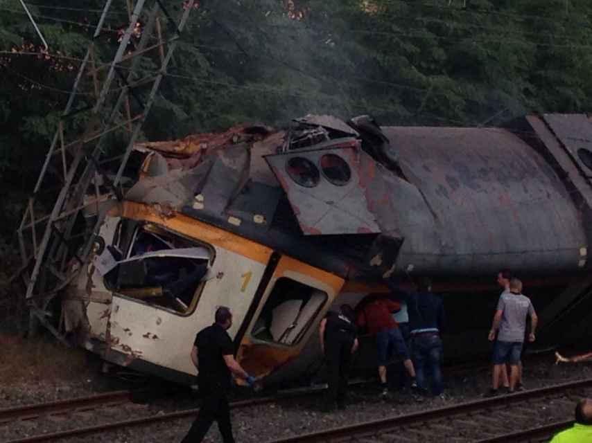 Imagen del tren después de descarrilar en O Porriño.