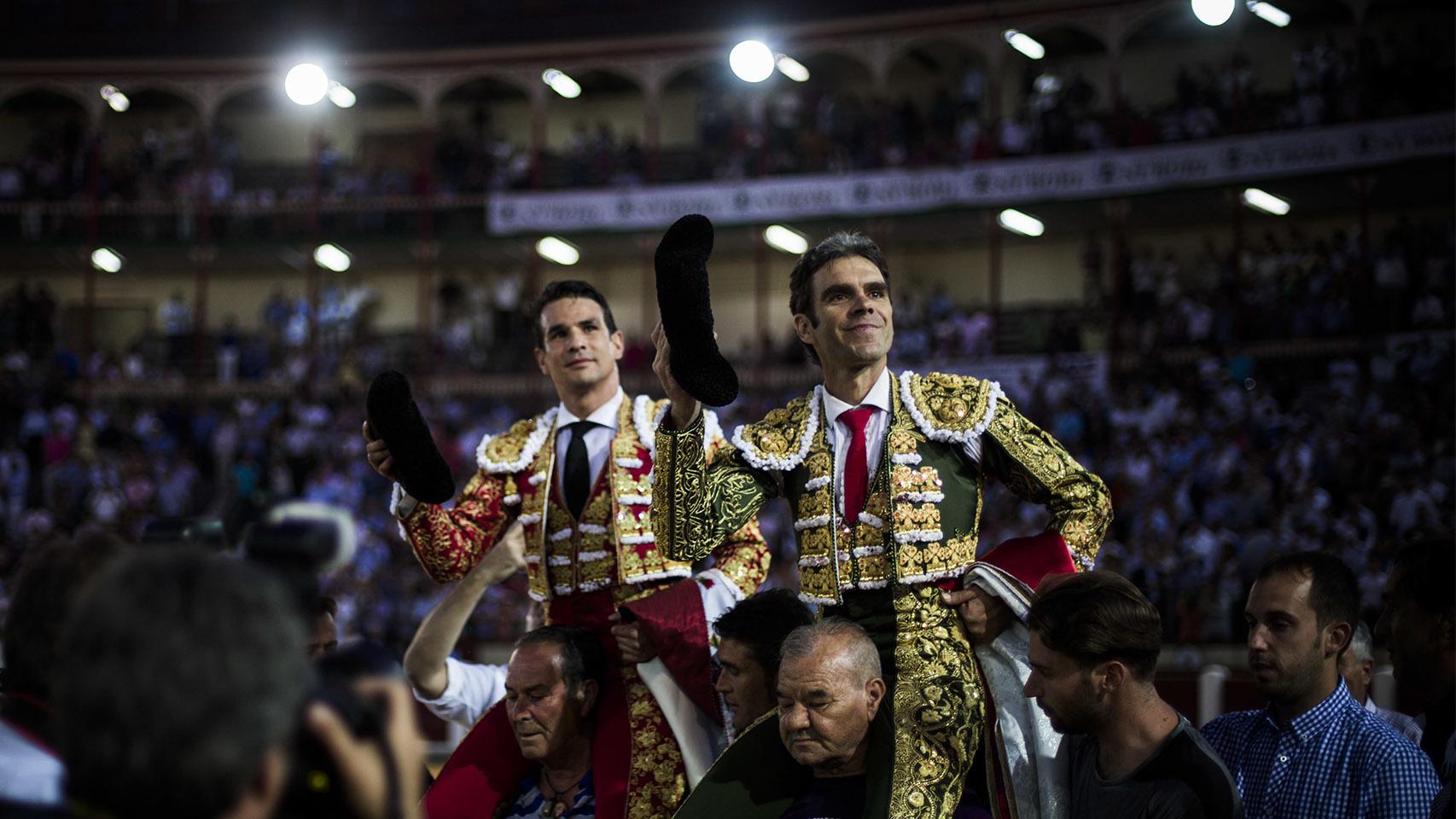 José Tomás y Manzanares salen a hombros tras cortar tres orejas cada uno.