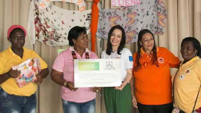 La autora, Cruz Sánchez de Lara Sorzano, en el momento de la entrega de la casa de las Mariposas
