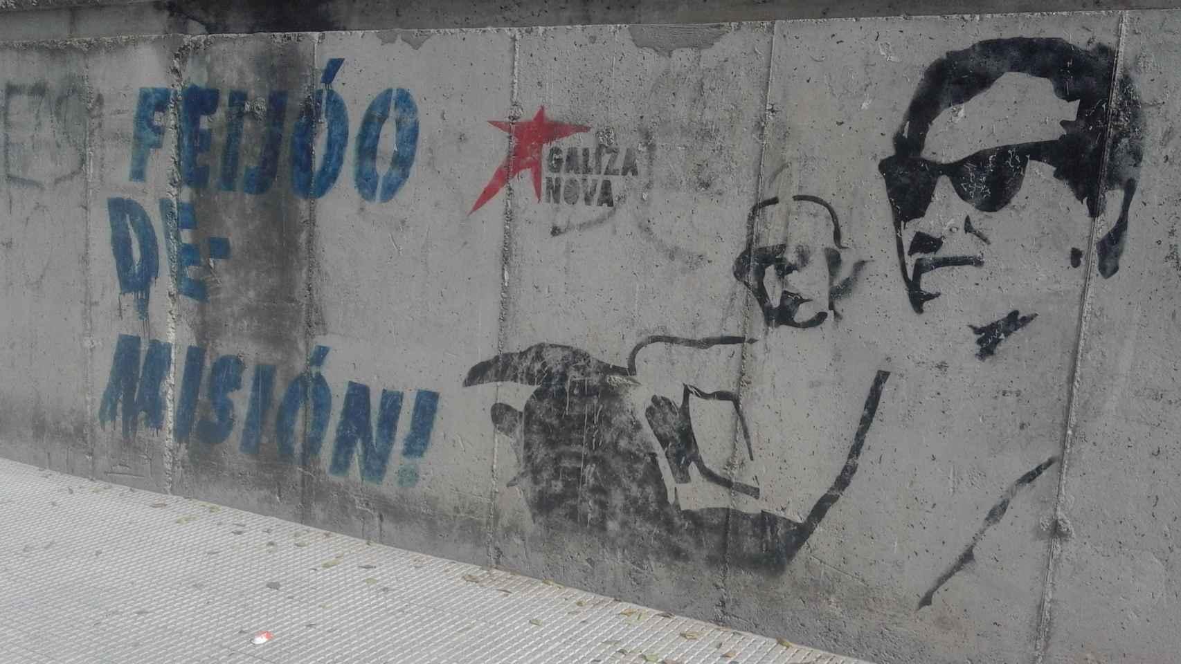 Grafiti de Feijóo con el narco Marcial Dorado a pocos minutos del lugar del mitin.