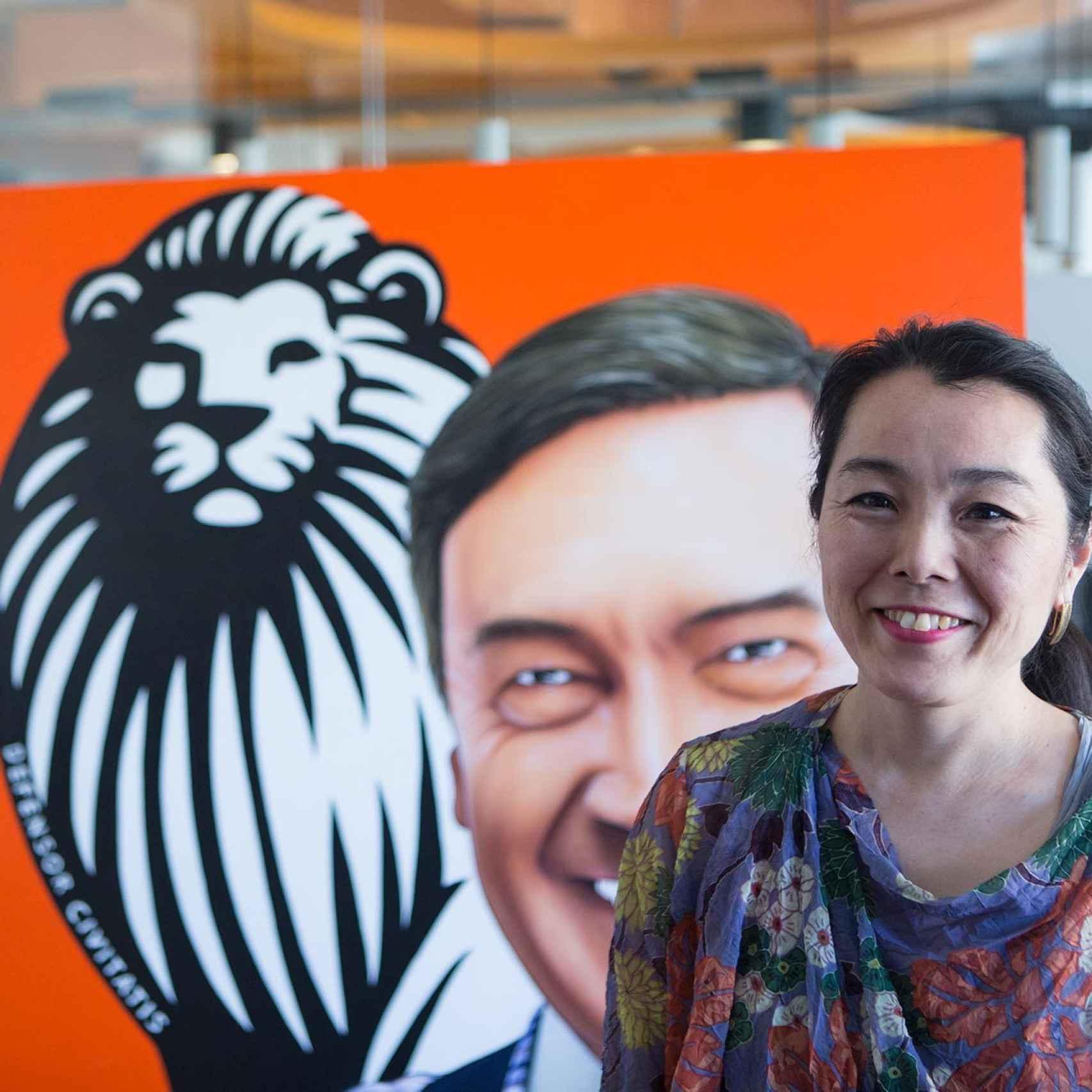 La artista japonesa, ante el cuadro que pintó en EL ESPAÑOL