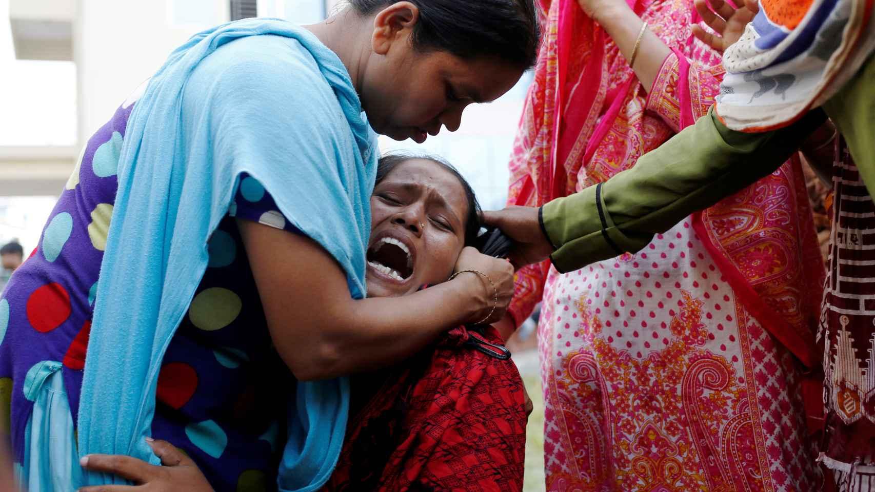 Una familiar de las víctimas, en un hospital de Dacca
