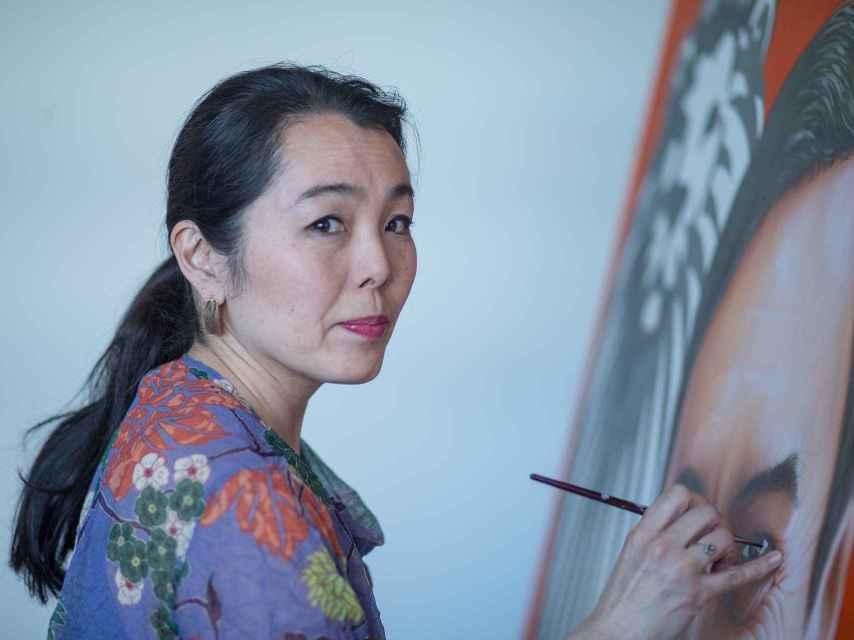 Fumiko Negishi pintando el retrato de Pedro J. Ramírez en la redacción de EL ESPAÑOL