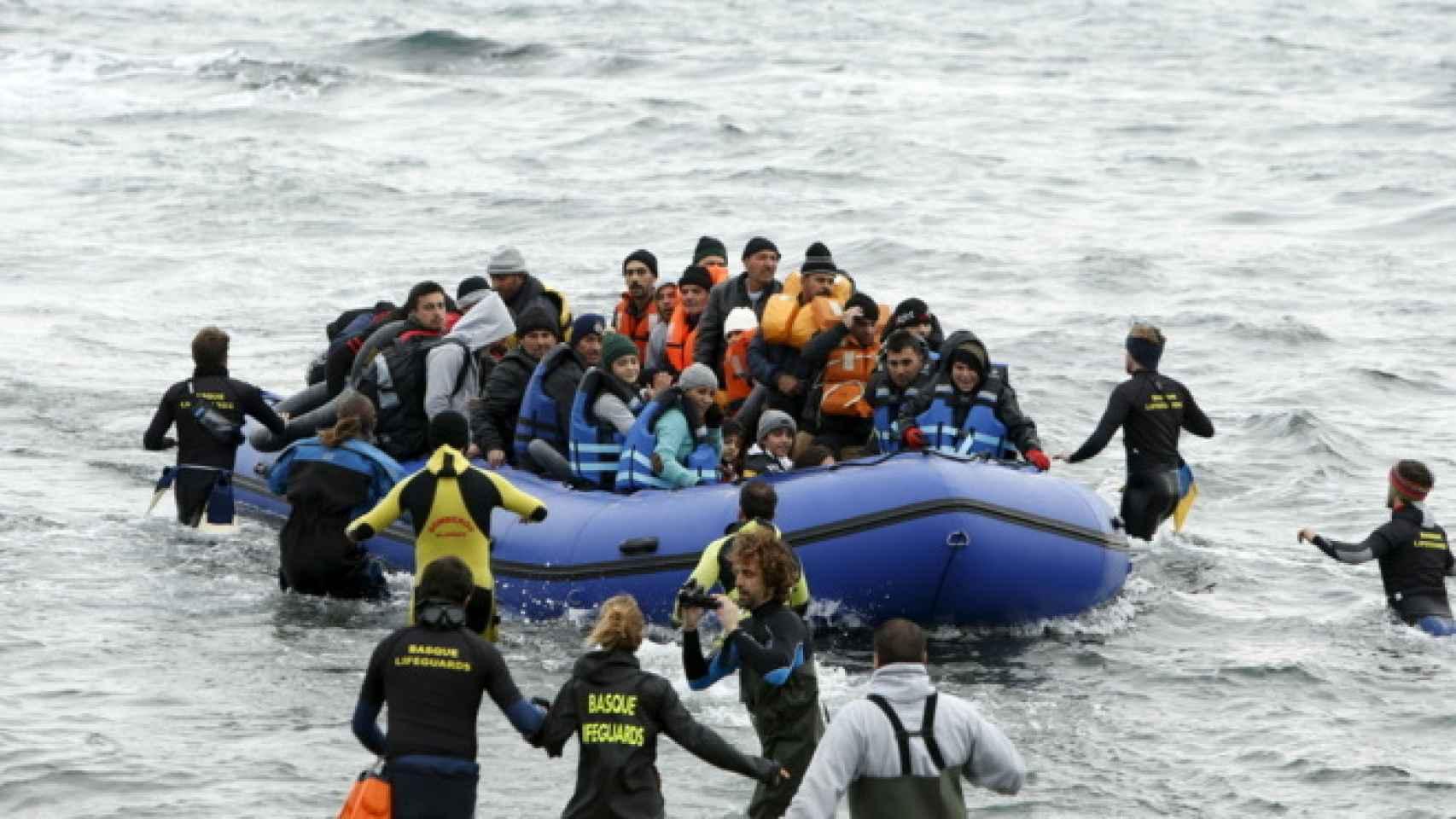 Imagen de una patera llegando a las costas de Lesbos