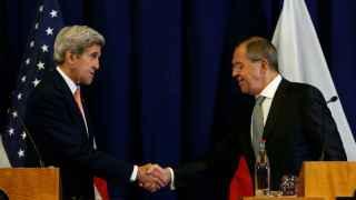 John Kerry y Sergei Lavrov se estrechan la mano tras la rueda de prensa conjunta que han ofrecido en Ginebra.