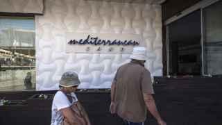 Dos turistas a su llegada al hotel Mediterranean Sand, ahora clausurado