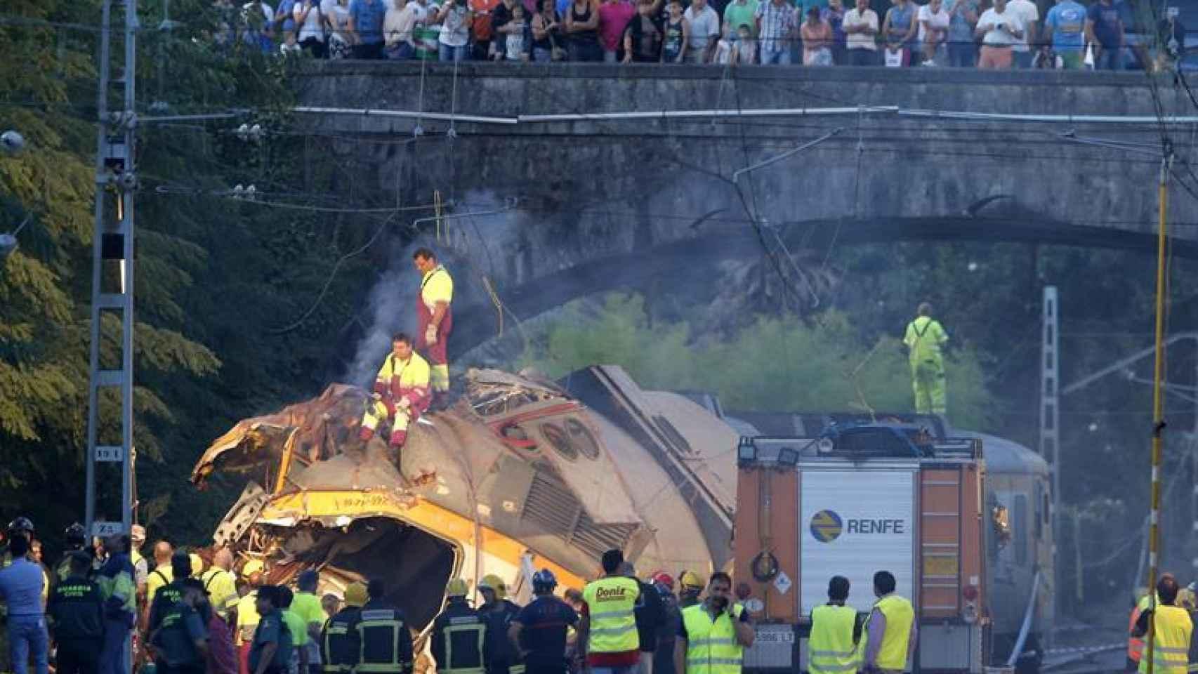 Los bomberos han trabajado esta noche en el tren accidentado de la compañía Comboios de Portugal. / Efe