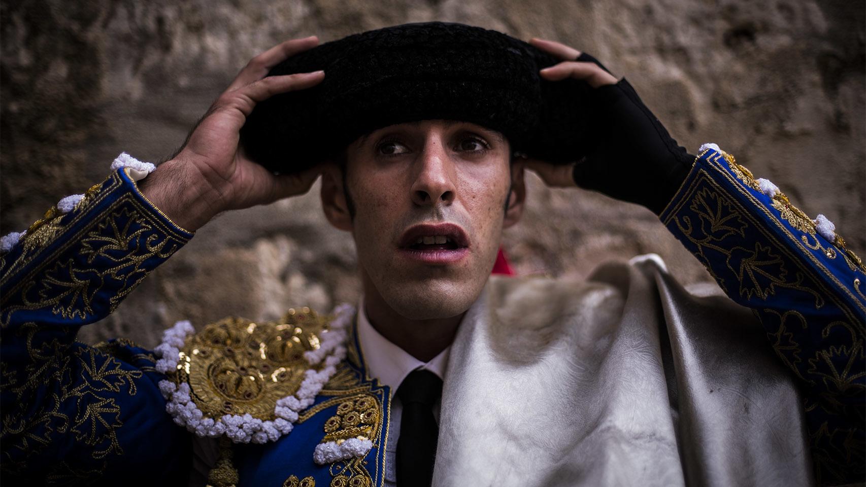 Alejandro Talavante se cala la montera antes de comenzar el paseíllo. Pablo Cobos.