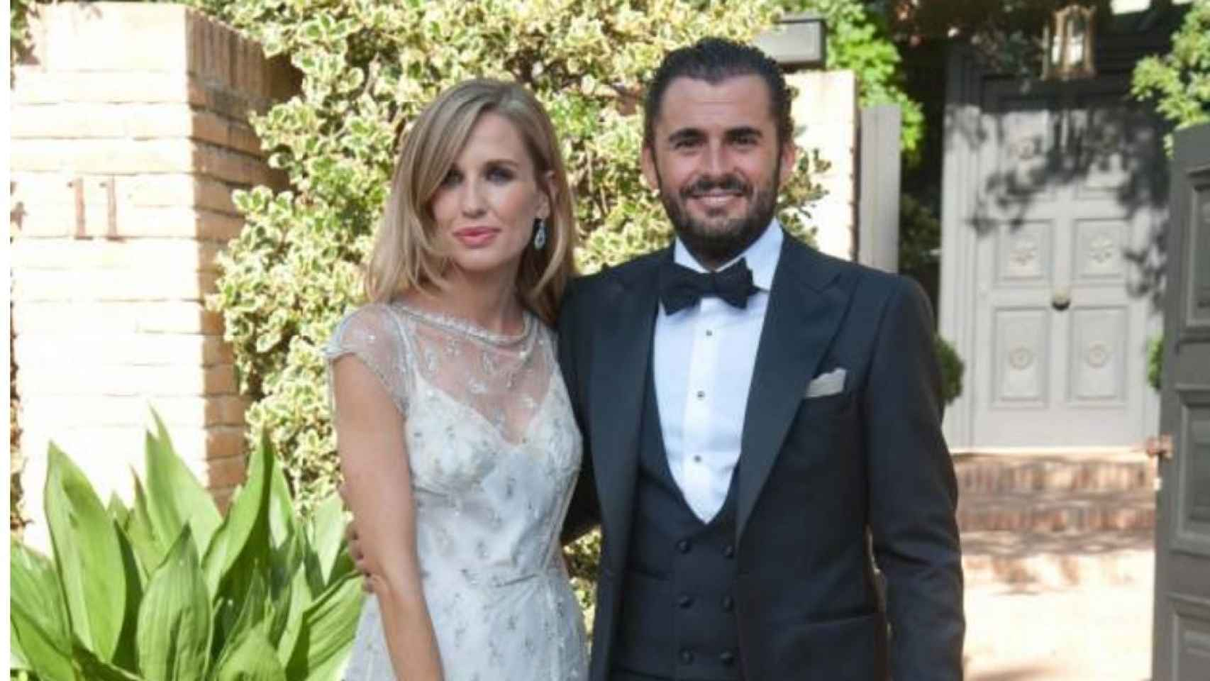 Carola y Emiliano saludan a la prensa durante la celebración