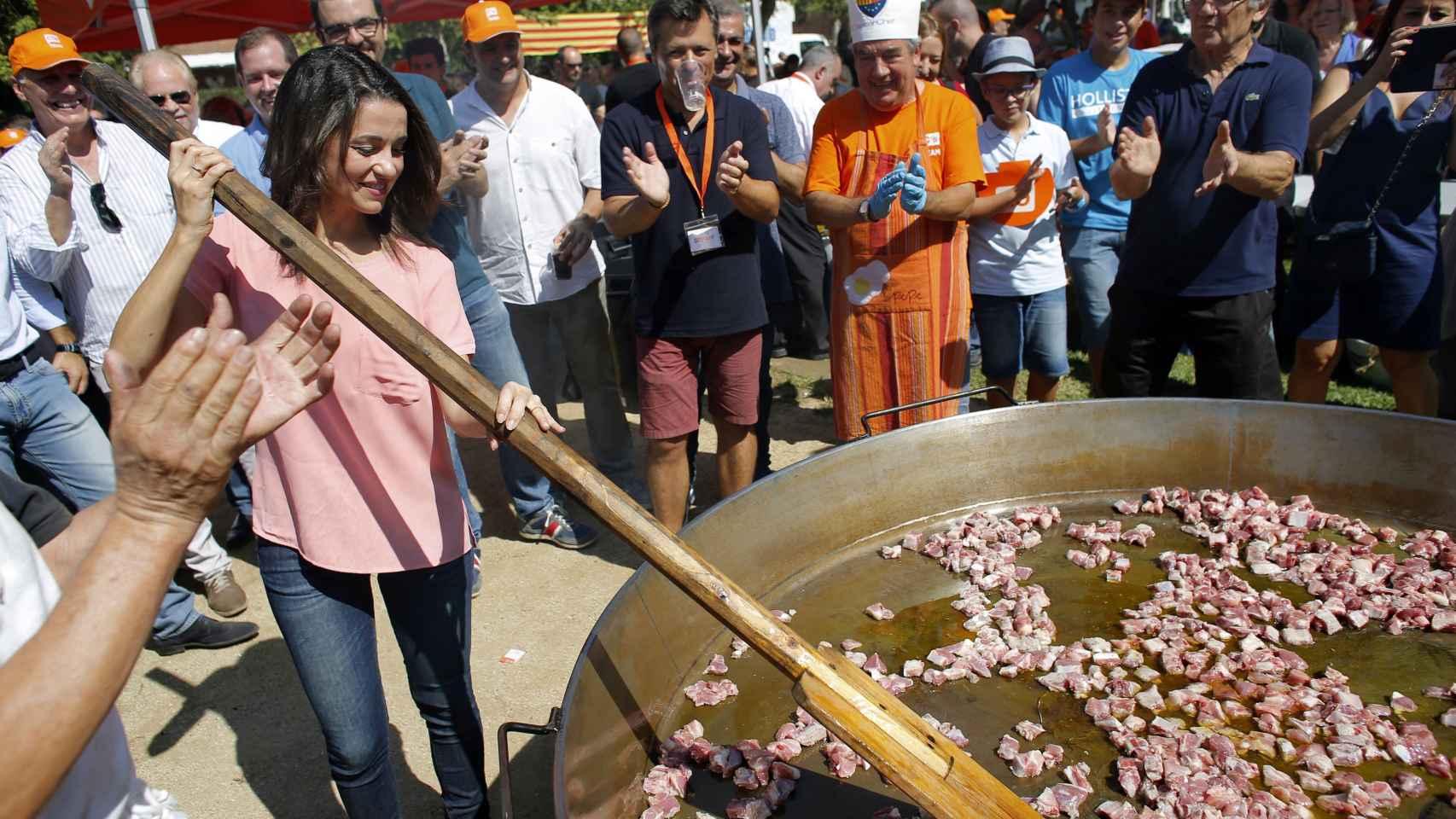 Arrimadas, en una comida popular en Premiá de Mar.