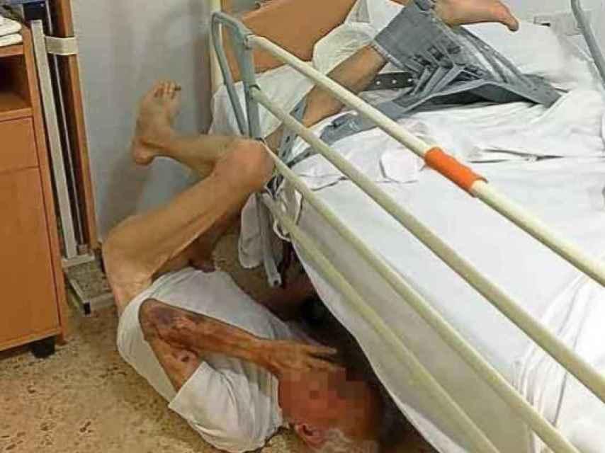 La fotografía del anciano caído en la cama de la residencia.