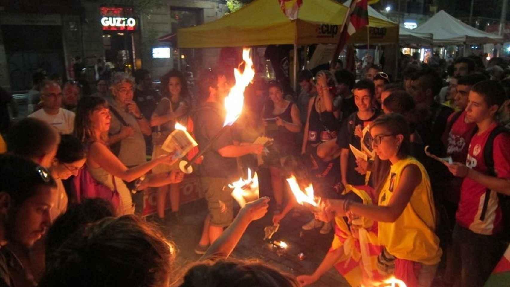 Los Mossos investigan la quema de fotos del Rey el día de la Diada